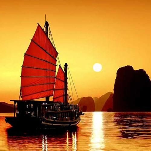 Barco de junco por Halong Bay